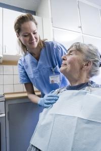 Sådan kan du hjælpe en anden person med mundpleje